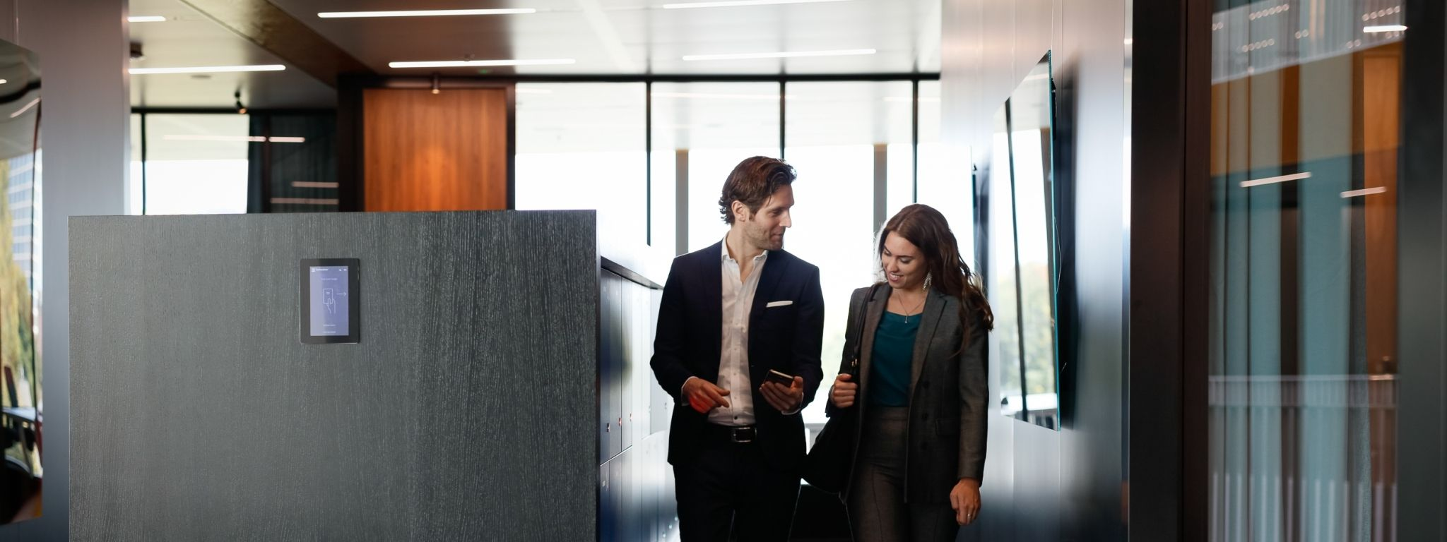 What are the benefits of smart lockers for dynamic workplaces?